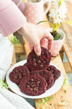 Deliciosas cookies red velvet con chispas de chocolate, un delirio......http://blogmegasilvita.com/2016/04/como-hacer-unas-cookies-perfectas.html