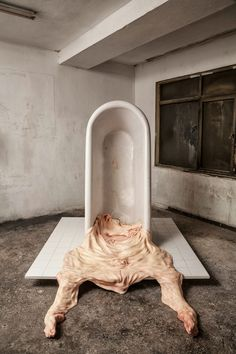Las perturbadoras esculturas en forma de pieles desparramadas del artista italiano Francesco Albano. Artnau