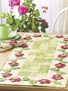patchwork and appliqué table runner Patchwork Table Runner, Table Runner And Placemats, Table Runner Pattern, Quilted Table Runners, Small Quilts, Mini Quilts, Skinny Quilts, Place Mats Quilted, Quilted Table Toppers