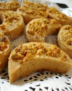 semolina diamonds with dates and sesame seeds Middle East Food, Ramadan Recipes, Oreo Cheesecake, Biscuit Cookies, Arabic Food, Tea Cakes, I Love Food, Food And Drink, Snacks
