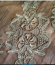 Deryanın yatak odası Lace Patterns, Cross Stitch Patterns, Lace Art, Hungarian Embroidery, Point Lace, Needle Lace, Lace Making, Lace Flowers, Diy And Crafts