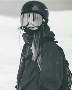I love these goggles. they're so huge and reflective and i think its a really cute style. I also like the black and white, a good element to think about adding to some of my snowboarding pictures. Mode Au Ski, Poses Photo, Snowboard Girl, Foto Casual, Ski Season, Ski Fashion, Sporty Fashion, Winter Pictures, Foto Pose