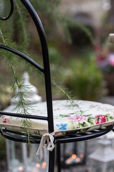 seat cushions add a touch of colour and comfort to the seating. And make sure a blanket is on hand when the temperature starts to drop. so stylish Summer Garden, Outdoor Entertaining, Some Fun, Seat Cushions, Outdoor Living, Garden Ideas, Drop, Touch, Colour