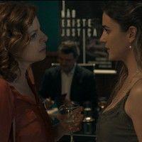 Elisa vai ao lançamento do livro de Heitor e é provocada por Sara