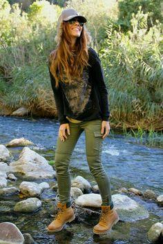 Una buena fotma de vestir para ir a un bosque o algun rio