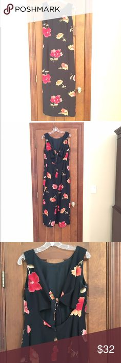 ♨️Final Price♨️ Black Floral Maggy London Dress Maggy London black background floral maxi dress. Slit in back, zips. Cute tie in middle of back. Gently worn a few times. Maggy London Dresses Maxi