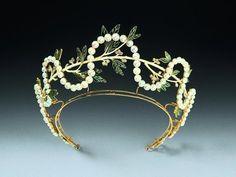 Diadem von René Lalique, Paris um 1903. Fotos: Schmuckmuseum Pforzheim. Alt image on Pearls I plus images of a similar Lalique diadem with a different type of foliage under the pearls.