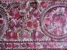 SZECESSZIÓS MATYÓ RÓZSASZÍN FALIKÁRPIT FALVÉDŐ SELYEM HÍMZET - Szőnyeg, Textil | Galéria Savaria online piactér - Antik, műtárgy, régiség vásárlás és eladás Zentangle, Quilts, Embroidery, Stitch, Blanket, Budapest, Drawings, Pattern, Throw Pillows