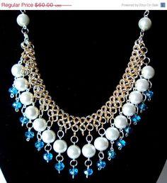 Con colgantes de perlas y cristales de NezDesigns