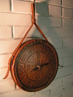 Часы Leather Stamps, Leather Art, Leather Gifts, Custom Leather, Leather Tooling, Leather Anniversary Gift, Diy Artwork, Leather Carving, Diy Clock