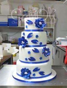 Gâteau de mariage monté sur place après un long trajet d'au moins 3h de route // Wedding cake I have to assemble after a 3 hours car ride.