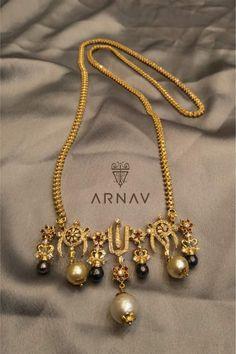 Hindu marriage necklace with the three symbols of the Hindu God Vishnu. Studio by Ashwini Oza Gold Mangalsutra Designs, Gold Jewellery Design, Antique Jewellery, Handmade Jewellery, Silver Jewellery, India Jewelry, Temple Jewellery, Ethnic Jewelry, Bridal Jewelry