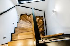 Dřevěné schody lemuje antracitová lišta, ve stejném provedení je i zábradlí. Jednotlivé schodišťové stupně jsou nasvícené - ProŽeny.cz