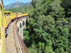 Symbole du Pays Catalan, le train jaune de Cerdagne, relie Villefranche-de-Conflent (427 m) à Latour-de-Carol (1232 m) sur un parcours de 63 km et gravit 1200 m de dénivelé jusqu'à la gare de Bolquère , la plus haute de France à 1593 m. #pyrénées #languedoc #roussillon