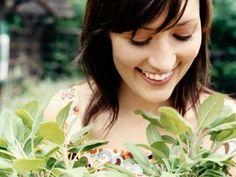 Salvia este una dintre cele mai vechi plante medicinale, fiind folosita inca din Egiptul Antic. Atunci era indicata pentru oprirea sangerarilor ranilor si dezinfectarea acestora , avand de asemenea proprietati curative in bolile gastrice. Un...