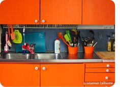 Susannan Työhuone - päiväkirja vanhalta rautatieasemalta: Köyhän miehen keittiöremppa Kitchen Cabinets, Cottage, Holiday, Home Decor, Vacations, Decoration Home, Room Decor, Cabinets, Cottages