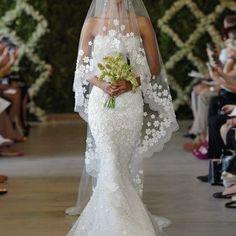 O vestido de noiva sereia é um modelo super elegante e que encanta muitas noivinhas por aí. Mas que tal ver algumas dicas sobre esse modelo famoso?