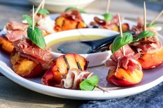 » GRILLEDE NEKTARINER MED PARMASKINKE & BRINGEBÆRVINAIGRETTE Frisk, Caprese Salad, Sweet Tooth, Bbq, Brunch, Cooking Recipes, Dinner, Ethnic Recipes, Food