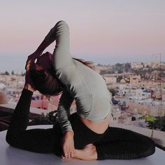Yoga Poses For a Flat Tummy.Yoga helps one to stay youthful. People have been practicing yoga to lose weight also. Yin Yoga, Yoga Meditation, Namaste Yoga, Bikram Yoga, Meditation Quotes, Meditation Space, Yoga Inspiration, Fitness Inspiration, Yoga Flow