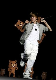 Forgot your bear spray there, Biebs. Funny Celebrity Pics, Celebrity Pictures, Pedobear, Internet Trends, Funny Bears, Serious Business, Photo Caption, Elle Fanning, Retelling