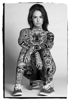"""Mike Giant expõe garotas """"tatuadas"""" com gráficos de marcas de skate dos anos 80/90"""