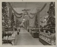 Vintage black and white photo of Horne's Department store in probably Pittsburgh, Pennsylvania, U. The store was founded in Shopping stores like malls were also located in northeast Ohio. Horne's later merged with Lazarus and sold to Dillard's Christmas Past, Christmas Photos, Vintage Christmas, Christmas Store, Christmas Scenes, Christmas Shopping, White Christmas, Old Photos, Vintage Photos