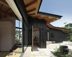 ikeda yukie ono toshiharu architects' japanese house is defined by L-shaped walls Innovative Architecture, Wood Architecture, Amazing Architecture, Dream Home Design, House Design, Wooden Cladding, House Cladding, Arch House, House 2