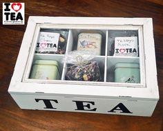 Caja de madera con 6 compartimentos 15€ (vacía) ref. CajaMadera6. Puedes llenarla de té con los siguientes formatos: latitas (3€ cada una varios diseños), sobres como para 1L de té (0,50€ cada sobre), saquitos de té al peso (de 1€ o más). El ejemplo de la foto tiene 3 latitas (3x3€=9€), 1 saquito de 1€ y 6 sobres (6x0,50€=3€) y la caja de madera (15€), todo por 28€. Wooden Tea Box, Wooden Boxes, Wooden Crafts, Diy Crafts, Tea Storage, Tea Design, Tea Packaging, Decoupage Vintage, Coffee Gifts