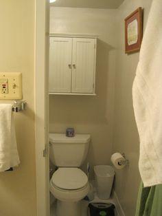 armários acima do vaso sanitário