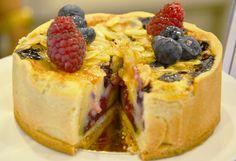 Torta nuziale rustica con una preparazione tipo una crema liquida che poi si solidifica in cottura, con frutti rossi