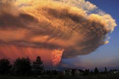 22 april: Uitbarsting van de Calbuco-vulkaan in de buurt van Puerto Varas in Chili. Het was de eerste uitbarsting van de vulkaan in meer dan 42 jaar.