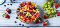 """Otro mito muy común, es el de que """"la fruta engorda"""" .No sólo esto, sino que también te dicen que si la comes después de la cena vas a engordar porque """"a la noche se convierte en grasa"""". No, esto no es posible, no está demostrado, y además no es cierto. No hay ningún alimento que pueda cambiar su composición química de esta forma tan espontánea, y menos, a determinada hora. Ninguna fruta puede volverse grasa sólo porque el sol se esconda. Combo natural de fibra y agua Además de los…"""