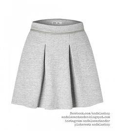 Falda tela acolchada. Ajustada a la cintura y palas 48 € gris claro