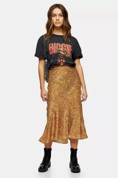 Channel a bold and brilliant animal printed look with this mustard leopard print midi skirt. Designed with a feminine flounce shape, this piece will be sure to flatter.<br /><br /><b>Model's height is and she wears a size </b> Midi Skirt Outfit, Casual Skirt Outfits, Casual Skirts, Chic Outfits, Fashion Outfits, Petite Outfits, Petite Dresses, Mode Purple, Asos