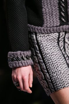 Viktor & Rolf Fall 2014 Ready-to-Wear Fashion Show Knit Fashion, Fashion Show, Victor And Rolf, Vogue, Fashion Details, Fashion Design, 2015 Trends, Classy Women, Passion For Fashion