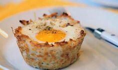 Elle fait cuire ses oeufs et d'autres ingrédients dans un moule à muffin! Sa recette est EXCELLENTE!