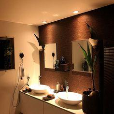 yukikoさんの、Bathroom,観葉植物,洗面台,ブラウン,アクセントクロス,アジアン,バリ,リゾート,リゾート風,リゾートホテル,バリ雑貨,海外インテリア,ホテルライク,アジアンリゾート,洗面ボウル,バリリゾート,サンワカンパニー洗面台,サンワカンパニー洗面ボウルについての部屋写真 Resort Interior, Bali Resort, Laundry In Bathroom, Resort Style, Cafe Design, Double Vanity, Mirror, House, Furniture