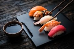 Sashimi and Sushi are delicious Japanese delicacies that you must try at least once. But before you try them , you need to know the difference between Sushi and Sashimi so that you can enjoy them better. Sushi Set, Sushi Love, Best Sushi, Sushi Restaurants, Sushi Donuts, Sushi Burger, Burger Food, Sashimi Sushi, Think Food