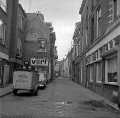 De Arke Noachstraat in 1971 met bij het Heineken uithangbord het bekende Café Oranje Koffiehuis