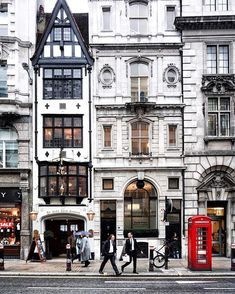 Fleet Street in the City of London. The tiny house is actually a pub ; City Of London, London Street, Europe Street, London Pubs, Oh The Places You'll Go, Places To Travel, Places To Visit, Magic Places, Fleet Street