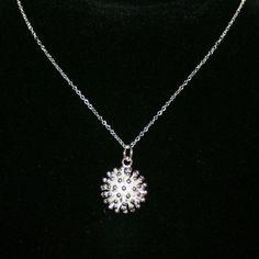 Sød halskæde, sølvbelagt, med vedhæng, formet som lille pindsvin, kun 39 kr. http://uglenimosen.dk/produkter/20-lange-halskaeder/