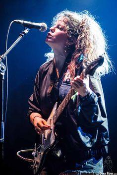 Carlotta Cosials, cantante y guitarrista de Hinds, Bilbao BBK Live 2016, Kobetamendi, Bilbao, 7/VII/2016. Foto por Dena Flows  http://denaflows.com/galerias-de-fotos-de-conciertos/h/hinds/