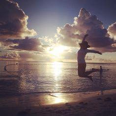 Instagram의 @herocrom님: 사이판 마이크로비치에서 일몰보며 점프!!! 비현실적인 풍경들이 펼쳐지는 곳 #사이판 #마이크로비치 #점프샷 #숀