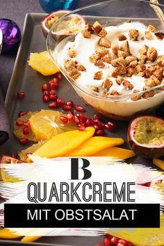 Quarkcreme mit Obstsalat und Pfeffernuss-Croûtons. Beim Dessert wird's noch mal opulent: tropische Früchte treffen auf eine sahnige Quark-Creme. Aber der Clou bei diesem Weihnachtsdessert sind die Croûtons aus Pfeffernüssen. #dessert #quark #weihnachten #nachtisch