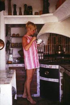Brigitte dans sa cuisine à La Madrague