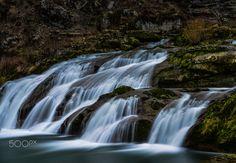 Pertes de l'ain - Les pertes de l'Ain de la commune de Bourg-de-Sirod, dans le Jura (massif du Jura), en Franche-Comté, sont une gorge / perte (hydrologie) très étroite d'environ 2 m de large, pour 100 m de long, et 12 à 15 m de profondeur, dans laquelle s'engouffre l'Ain, avant de rejaillir, après un cheminement souterrain d'environ 15 m, dans une vasque qui déborde en cascade de 17 m de large. Waterfall, France, Explore, Sunset, Travel, Outdoor, Law School, Outdoors, Viajes