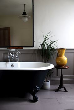An example of grey panelling with a black painted bath - similar to Farrow and Ball's 'Downpipe'.