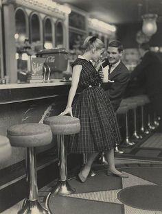 五零年代的冷飲店 (Soda Fountain) 就像夜店一樣的 high~ 是個年輕男女約會,跳舞,胡鬧的地方。馬尾與腰部束緊緊的大圓裙(過膝!)都是當時的經典 style。在音樂劇電影 Grease 中有許多經典的冷飲店場景。