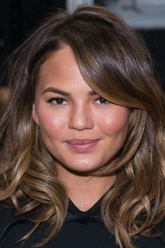 10 Shoulder-Length Hairstyles We Love Shoulder-length hairstyles and haircuts are as versatile as they are convenient. With their edgy texture and flattering layers, these medium cuts are anything but boring. Mid Length Hair, Shoulder Length Hair, Hairstyles Haircuts, Pretty Hairstyles, Chrissy Teigen Hair, Medium Hair Styles, Short Hair Styles, Round Face Haircuts, Wavy Hair