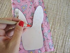 Desenhe o molde sobre o tecido Perfume, Easter, Quilts, Sewing, Kids, Crafts, Beautiful Things, Easter Crafts, Stampin Up